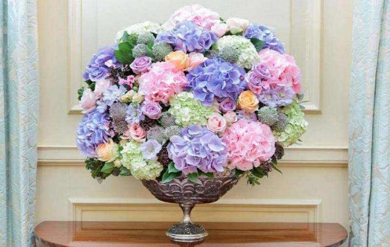 ev dekorasyonunda renkli çiçekler